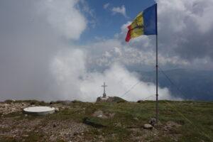 Crucea de pe muntele Caraiman, văzută de pe vârful Caraiman